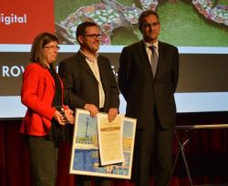 Moment en què el president del Gremi de la Indústria Gràfica i de la Comunicació de Catalunya lliura als representants de Rovira Digital, els germans Maria Eulàlia i Ferran Rovira, el premi especial a la impressió digital i manipulat del 63è Concurs d'Arts Gràfiques